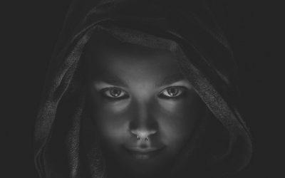 """Dark mode mania: look diverso, che """"si oscura"""" per la notte!"""